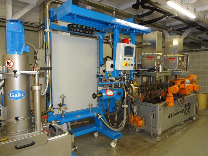 Underwater pelletizer with compounder